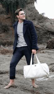 Homme portant le modèle sac polochon en coton blanc bio de la marque Coton Vert à offrir pour un noël écolo