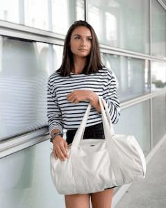 Femme portant le modèle sac polochon en coton bio blanc de la marque Coton Vert à offrir à Noël pour un homme ou une femme