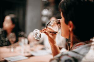 Offrir une dégustation de vin à un proche pour noël, cadeau mixte qui fera plaisir aux amateurs de bons vins pour un noël eco-responsable et zéro déchets